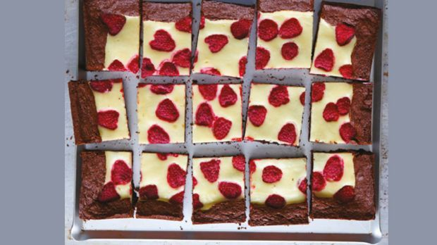 Himbeer Cheesecake Brownie: Das Rezept von Cynthia Barcomi - Sweet & Easy - Enie backt - sixx