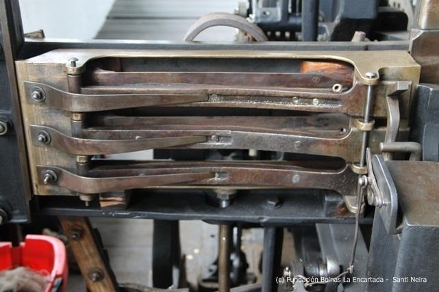 Detalle del telar de mantas donde se ubican las lanzaderas que en cuanto la máquina se pone en funcionamiento, pasan el hilo de un lado al otro a una velocidad increíble.