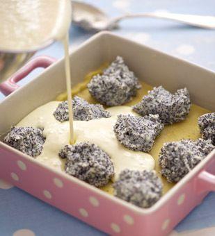 Saftiger Kuchen mit Mohn- und Quarkfüllung.