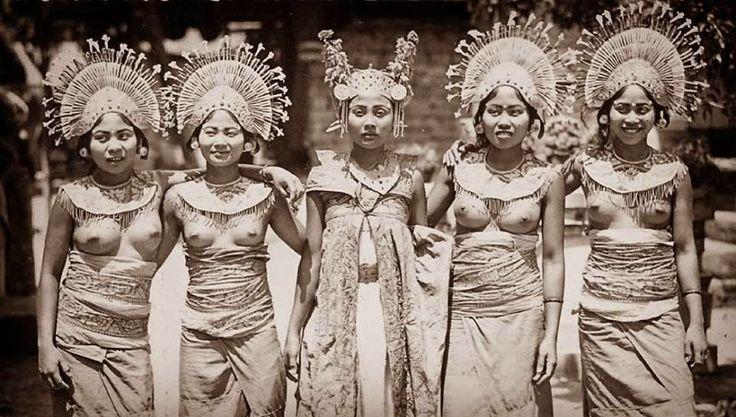 Wanita Bali dengan pakaian tradisionalnya. Foto diambil tahun 1936. Sumber: Prentenkabinet Leiden