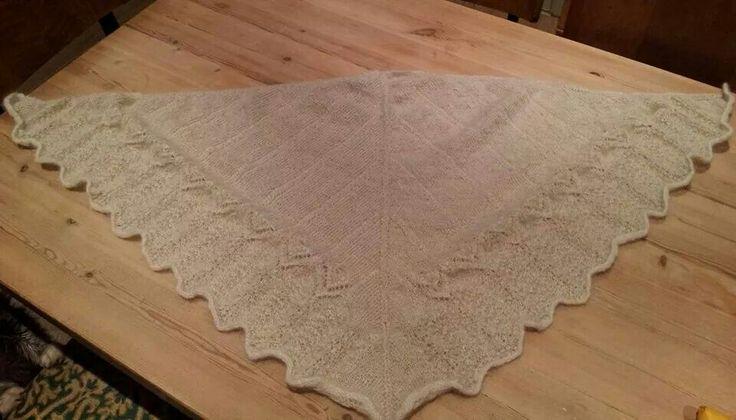 Sjal strikket med tynt håndspunnet garn. Spunnet av Sara Lind Vilhjálmsdóttir
