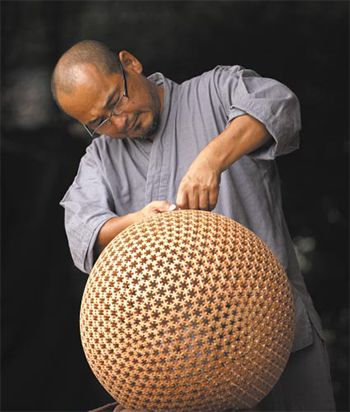 Kumiko Crafted : The traditional techniques since the Edo era 組子細工:江戸時代から続く伝統技法で、釘など使わずに手作業で緻密(ちみつ)な模様を作り出していきます。