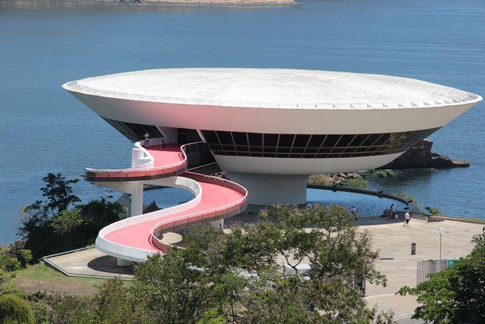 C'est à Niterói dans la baie de Guanabra que le créateur a décidé de planter le décor du prochain défilé croisière Louis Vuitton, au Musée d'art contemporain: une œuvre signée Oscar Niemeyer.