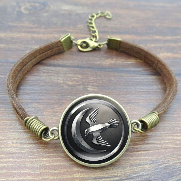 Show off your favorite GoT house on this leather bracelet with a gleaming glass disk (cabochon) that magnifies the house sigil icon under it for a brilliant display. Suitable for men and women to wear