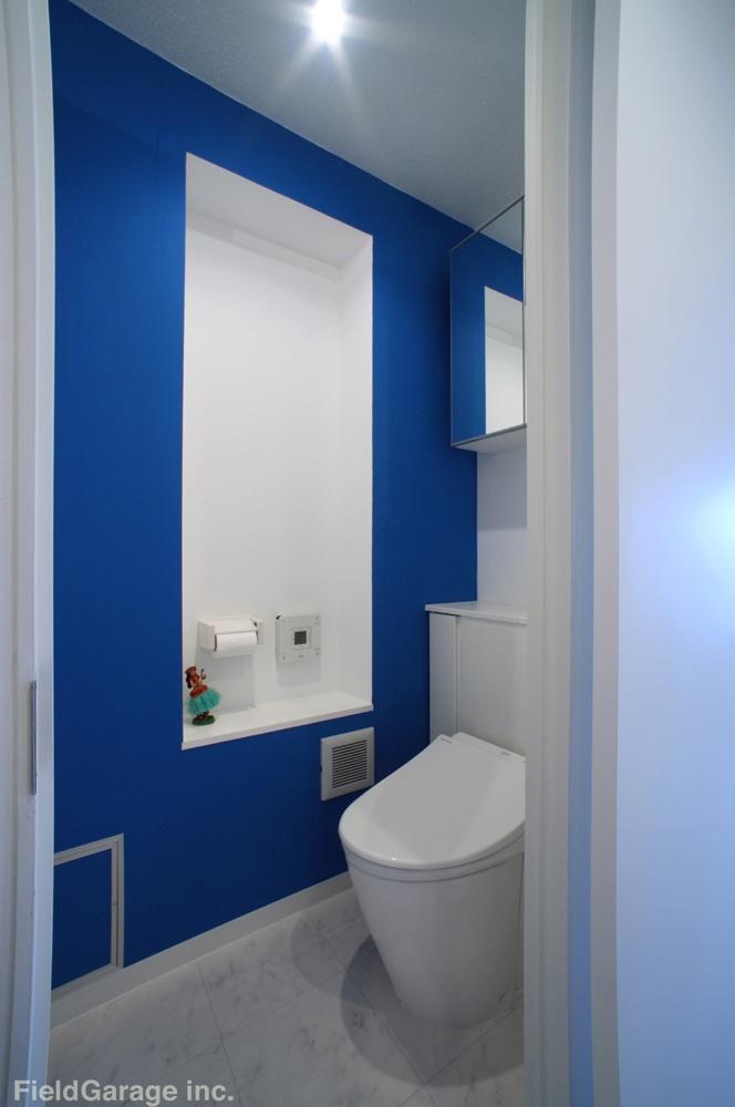 鮮やかな青と白を基調としたトイレ。さわやかで清潔感があります。