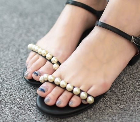 Loveliness of the female clothing shop. [Whitefox] Pearl line of sandals / Size : 230-250 / Price : 27.14 USD #korea #fashion #style #fashionshop #apperal #koreashop #ootd #whitefox #shoes #sandal #pearl