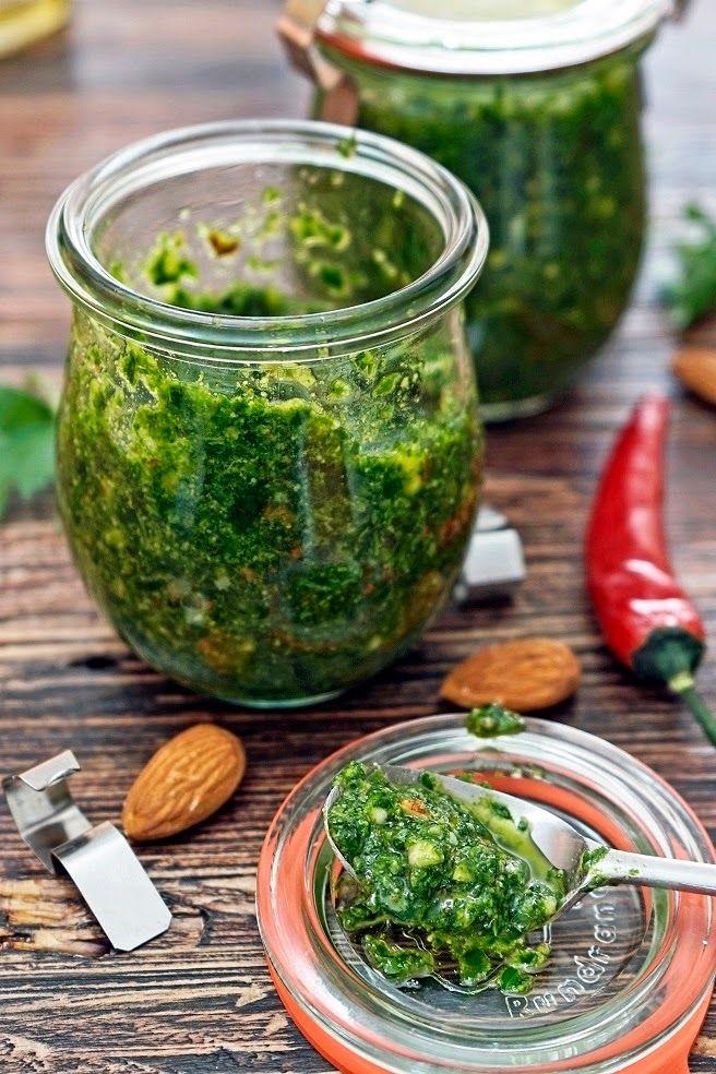 Bärlauch-Mandel-Pesto mit Peperoni und Pasta Hälfte der Mandeln durch Pinienkerne ersetzt und schmeckt auch ohne Chilli :)