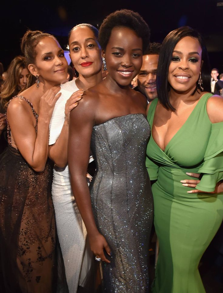 Halle Berry, Tracee Ellis Ross,  Lupita Nyong'o and Niecy Nash @The 2018 SAG Awards (Anthony Anderson is photobombing)