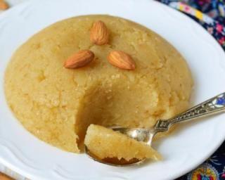 Halva de semoule aux épices et à l'amande : http://www.fourchette-et-bikini.fr/recettes/recettes-minceur/halva-de-semoule-aux-epices-et-lamande.html
