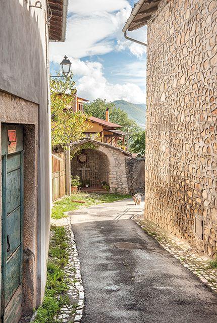 Logna, Frequenti sono gli elementi architettonici e decorativi: portali, finestre, logge ed archi.