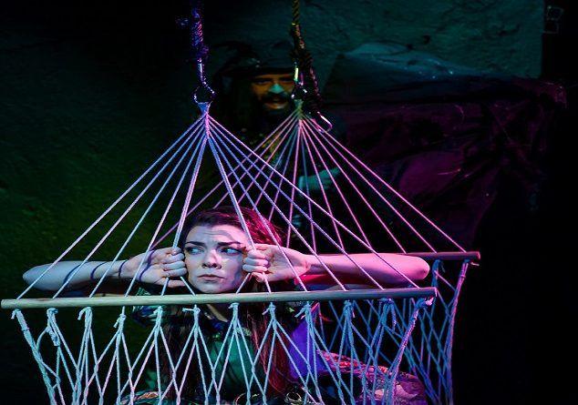 «Το κορίτσι που επιμένει» στο θέατρο Άβατον Ι Εορταστικό πρόγραμμα