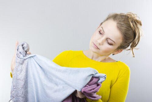 Trucchi per eliminare le macchie di olio dai vestiti