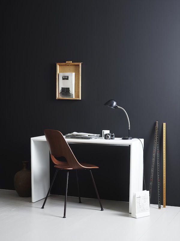 Un mur complètement noir et Des meubles jours en contraste blanc  #black wall
