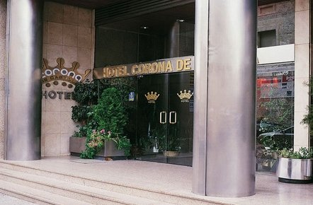 Entrada del Hotel Corona de Castilla en el centro de Burgos