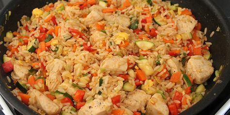 Fantastisk lækker opskrift på stegte ris med grøntsager, æg og kylling, der har en dejlig krydret smag af Asien. Retten er fuld af smag, og super nem at lave.