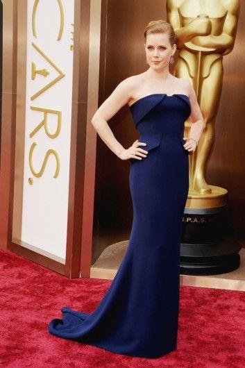 Amy Adams in een donkerblauwe jurk van Gucci.