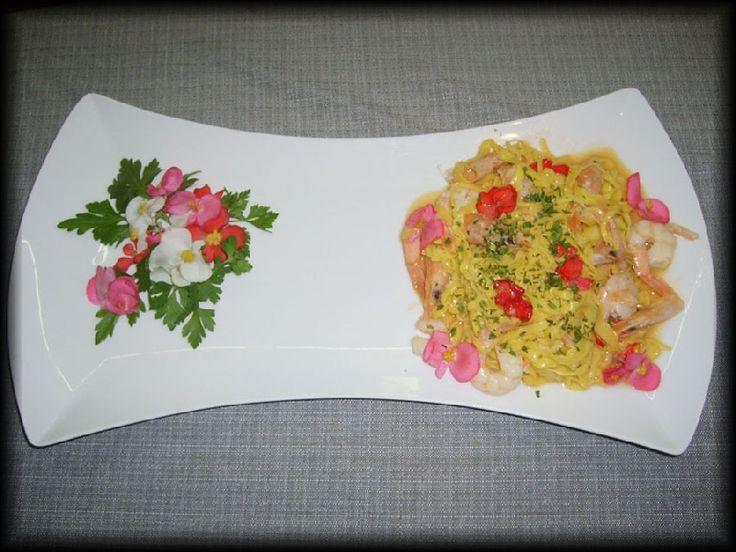 Tagliolini con gamberi rosa siciliani e fiori freschi misti