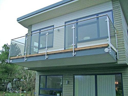 Våra rostfria räcken med glas passar bra som balkongräcke eller altanräcke. Beräkna pris och beställ direkt.
