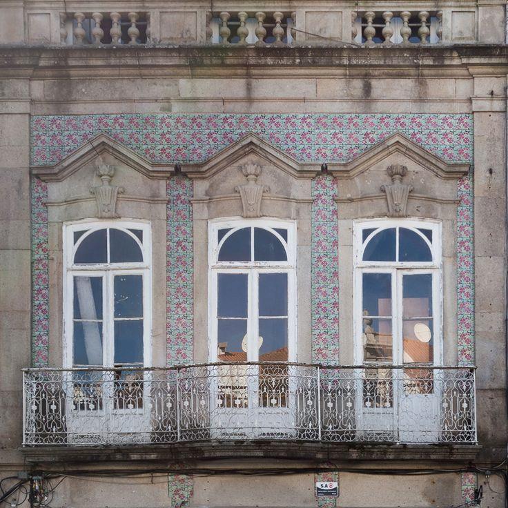Braga   Fachada / Façade [© Libório Manuel Silva] #Azulejo #AzulejoDoMês #AzulejoOfTheMonth #Flores #Flowers #Braga