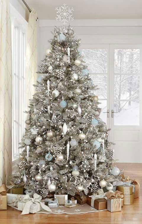 Zilveren kerstboom met ijsblauwe versiering