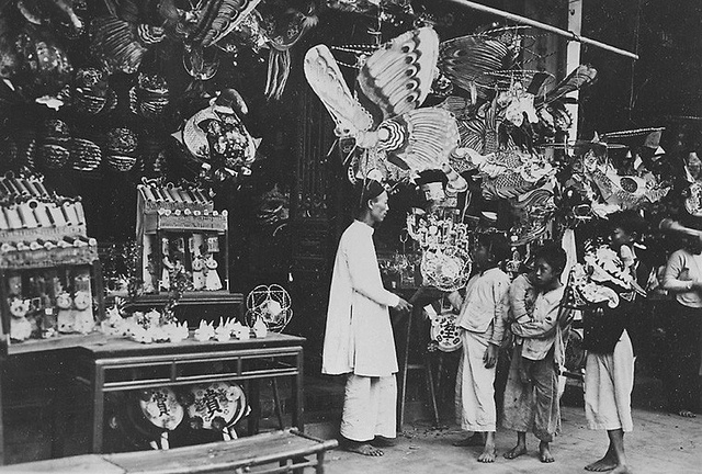 1921-35. Children admiring the paper lanterns for the Mid Autumn Moon Festival. Fête de la lune des enfants et mi-automne. Objets de papier    tết trung thu