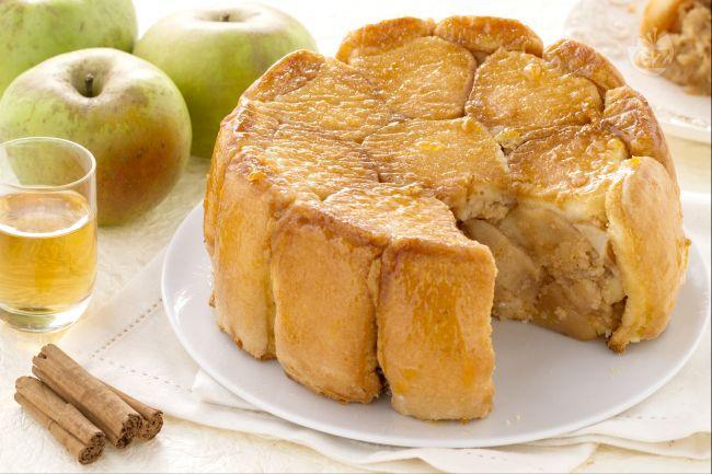 La charlotte alle mele è un dolce prelibato preparato con mele renette e savoiardi, con un delicato aroma di cannella e brandy.