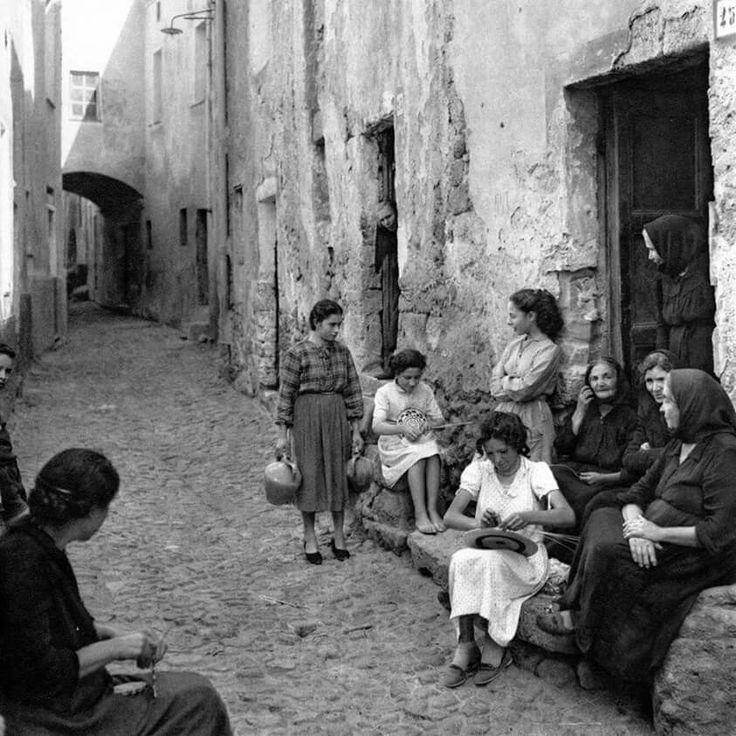 """Is feminas de su bixinau"" (""the neighborhood's women"" in Campidanese dialect) - Sardegna, Italia."