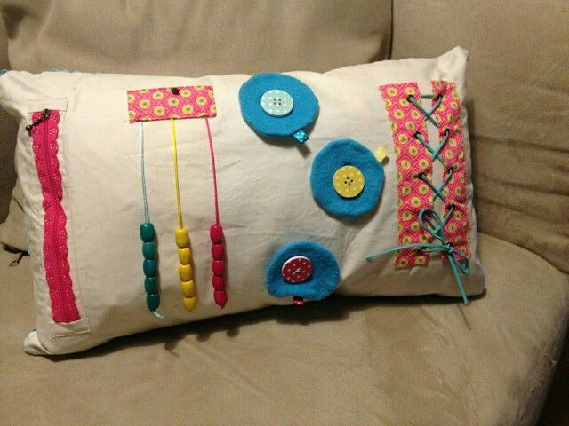 un joli coussin pour apprendre faire les lacets enfiler des boutons et des perles. Black Bedroom Furniture Sets. Home Design Ideas