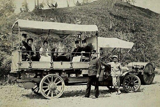 Luitenant-kolonel H.N.A. Swart (rechts in de wagen), civiel en militair gouverneur van Atjeh, op reis langs de in aanbouw zijnde Gajoweg en naast de wagen kapitein J.C. Heinzenknecht, de bouwer van die weg.   circa 1909