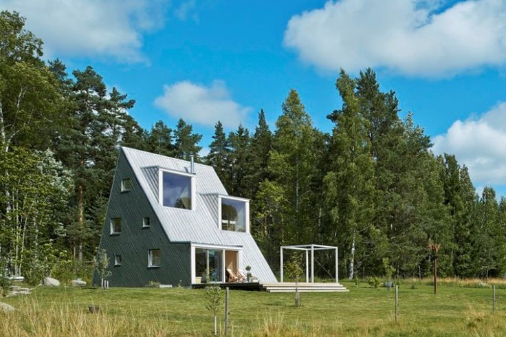Деревянный дом-шалаш в Швеции Проект недорогого и уютного летнего дома-шалаша площадью 90 кв. метров разработал швецкий архитектор Лео Кварсебо. Каркас дома-шалаша построен из деревянных балок, образующих форму буквы