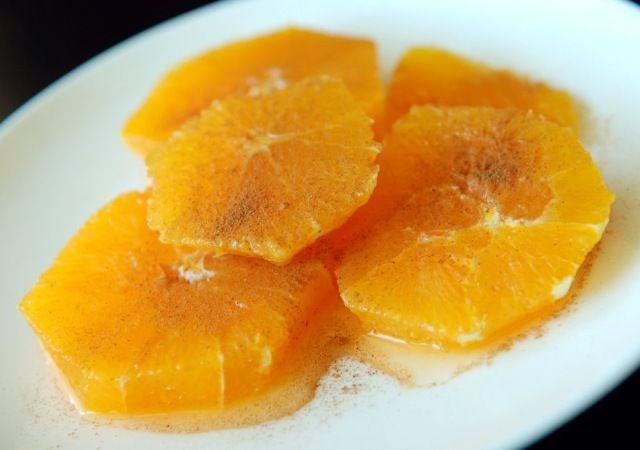 Le arance alla cannella si preparano facendo bollire lo zucchero con un poco d'acqua e aggiungendo poi le arance pelate a vivo e tagliate a rondelle ...