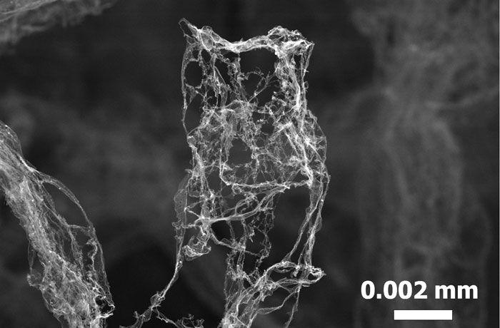 Im resultierenden Aerographit, dem leichtesten Material der Welt, bilden offene Kohlenstoffröhren ein feines Netz und ermöglichen so eine geringe Dichte von bis zu 0,2 Milligramm pro Kubikzentimeter. (Bild: TUHH)  http://www.pro-physik.de/details/news/2217451/Aerographit_75-mal_leichter_als_Styropor.html