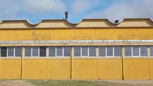 REALIZAN TRABAJOS DE REPARACION EN EL POLIDEPORTIVO MUNICIPAL   Se trabaja en la impermeabilización de la cubierta para evitar filtracionesEl techo es un sector que sufría la adecuada falta de mantenimiento y que por gestiones del intendente Facundo López es una obra que va a estar terminada en pocas semanas.A partir de la impronta de la gestión del intendente Dr. Facundo López desde esta semana se trabaja en la impermeabilización de la cubierta del Polideportivo Municipal Edgardo Hugo Yelpo…