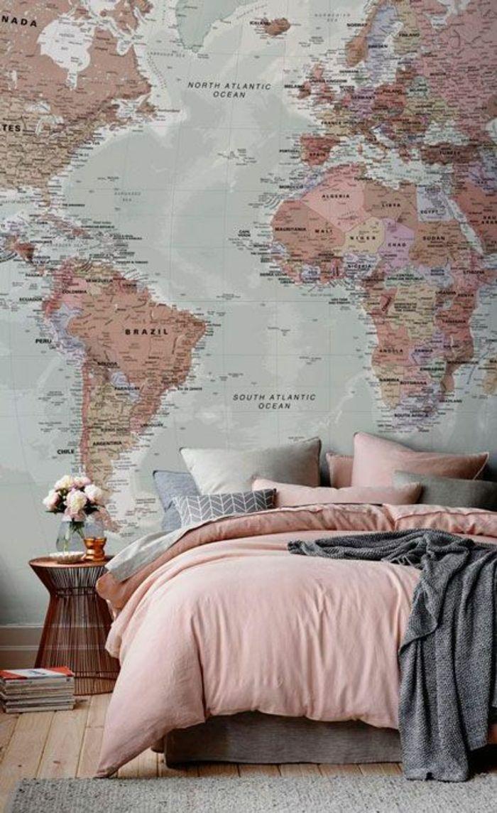 couleur qui va avec le gris, papier peint carte du monde, chevet cuivré et bouquet de fleurs roses