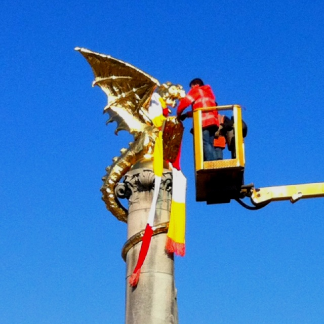 Dragon gets scarf (carnival) 's-Hertogenbosch, Oeteldonk