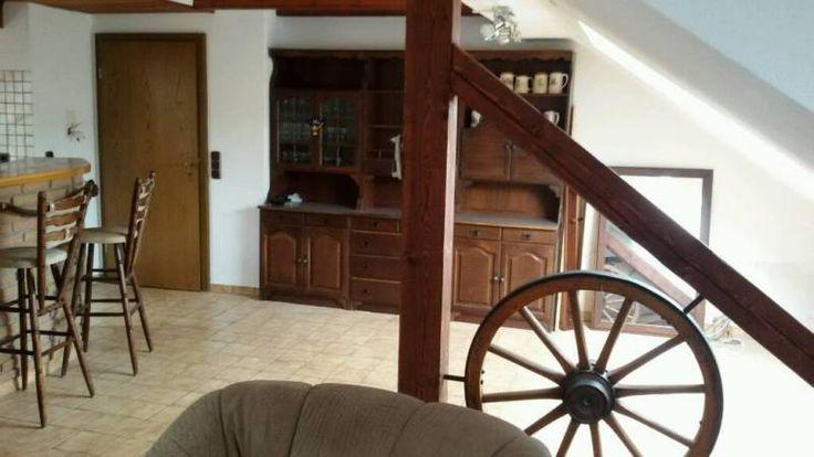 Schöne zwei Zimmer Wohnung am Rande von Dörnberg zu vermieten. Direkter Blick auf Wald und Feld. Bestehend aus einem großen Wohnzimmer mit angrenzendem Essbereich und Küche, einem Schlafzimmer und Bad mit Badewanne sowie Vorflur im Treppenhaus mit vielen Schränken und Stauraum.Teilmöblierung ist bestehend aus einer Ledercouchgarnitur und Regalen im Wohnzimmer, Vitrinenschrank im Essbereich, angepassten Kleiderschränken im Schlafzimmer und Badschränken.Einbauküche mit Geräten ist vorhanden…