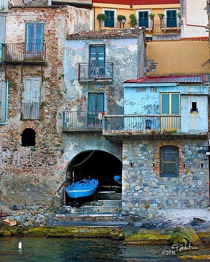 Scilla, Chianalea: vecchie case. Un casa , una barca ed il mare. B&B Chianalea 54 http://www.bebchianalea.it
