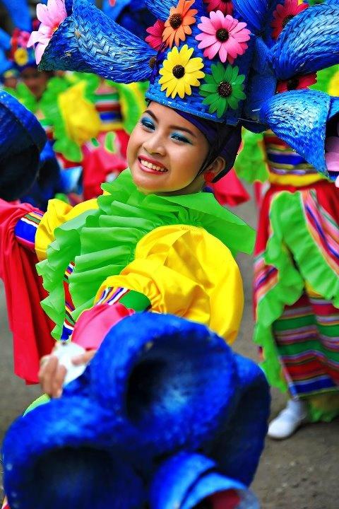 Une jeune fille au Festival Hermosa de la ville de Zamboanga aux Philippines. C'est le plus vieux et le plus attendu des évènements dans la péninsuel de Zamboanga. Il a été créé pour honorer l'image miraculeuse de Notre-Dame-du-Pillier, la sainte patronne de la ville et a lieu le 12 octobre chaque année. Les danseurs envahissent alors les rues, des régates sont organisées, des concerts et l'élection de Miss Zamboanga.
