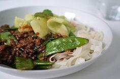 Chineese maaltijd, varkensgehakt met een sausje van soja- en oestersaus. Met zoetzure komkommer en rijstnoedels.