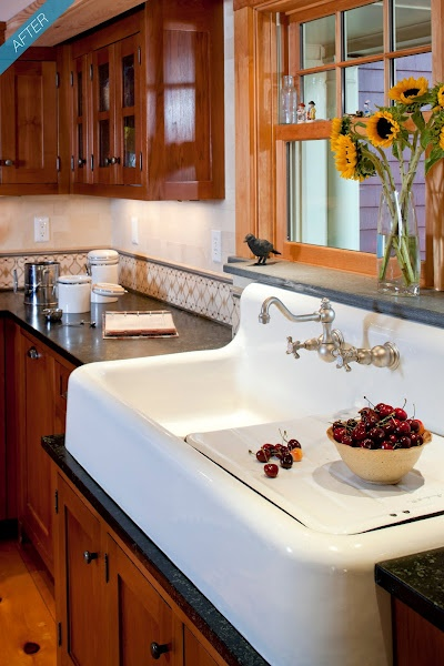 Great kitchen sink! Reminds me of my grandmother's.