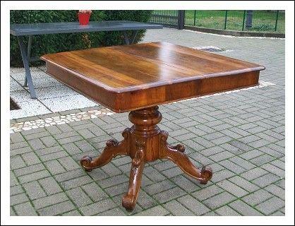 Bellissimo tavolo Bolognese della fine dell 800 in noce massello con piede centrale allungabile .100x100x80 chiuso 200x100x80h aperto completamente