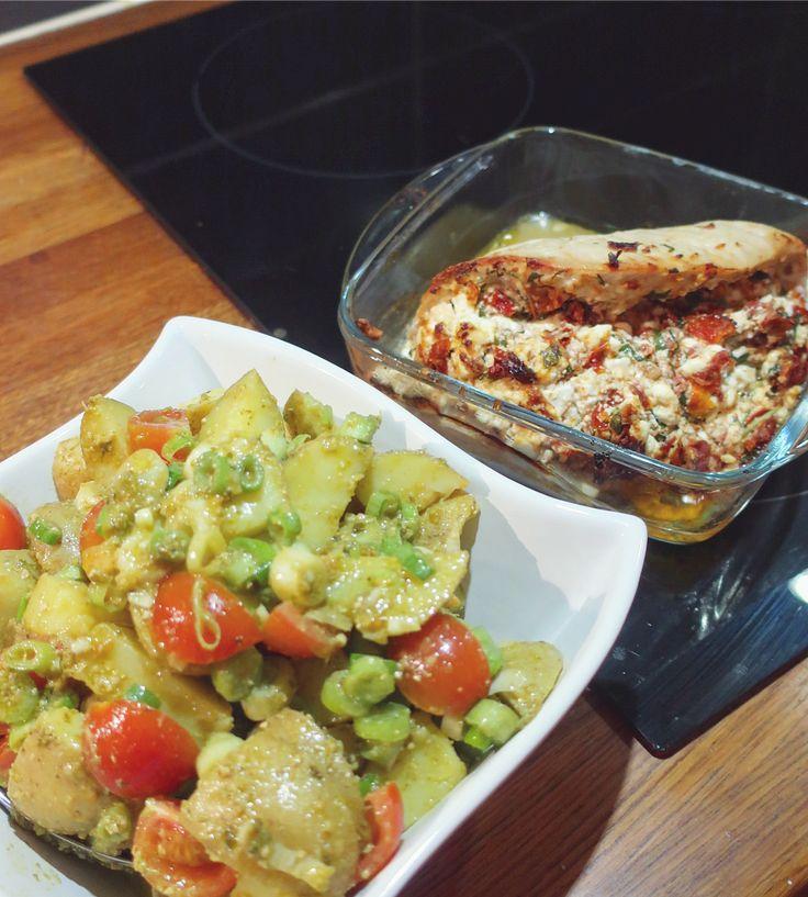 Fylld kalkon med krämig pesto-potatissallad. Recept kött; 150g fetaost 10st soltorkade tomater 1 knippe basilika • • Mosa ihop och fyll kalkon/kyckling/lax/biff, min var på 500g. Lägg i ugnsform, strö lite salt och peppar på, in i ugn 200* ca 30min • • Potatis-sallad: 600g kokt tärnad potatis, delikatess eller fast. 3st skivade salladslök 200g delade körsbärstomater ca2 msk pesto, basilika • • Rör ihop och servera kall med kalkon! Fav