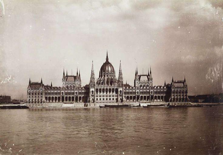 Parlament a Bem (Margit) rakpartról nézve. A felvétel 1896 körül készült. A kép forrását kérjük így adja meg: Fortepan / Budapest Főváros Levéltára. Levéltári jelzet: HU.BFL.XV.19.d.1.08.109