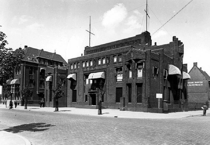 Het pand van Scheepvaart Vereniging Zuid van architect Willem Kromhout aan de Pieter de Hoochweg 110 dateert uit 1922. Tegenwoordig is dit het gebouw van Humanitas Maatschappelijke Dienstverlening. De foto is uit 1934 en het enige dat ontbreekt zijn de auto's voor de deur. Het pand is namelijk onveranderd gebleven omdat het een rijksmonument is.