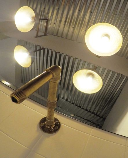 Ειδικές μεταλλικές κατασκευές και φωτιστικά για τους νιπτήρες του Tin café. Δείτε περισσότερα έργα μας στο  http://www.artease.gr/interior-design/emporikoi-xoroi/
