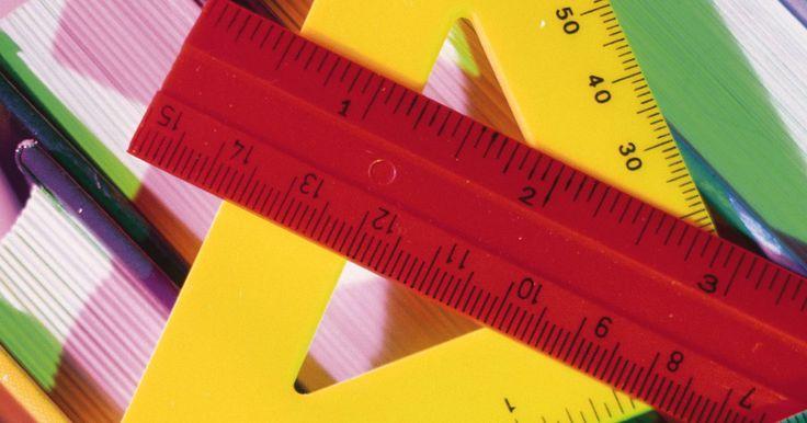 Cómo hallar la altura de un triángulo. La altura de un triángulo puede hallarse de diferentes maneras, dependiendo del tipo de triángulo y de la información conocida o medida. Los triángulos rectángulos, que incluyen un ángulo de 90 grados, son los más fáciles de medir usando el Teorema de Pitágoras (si se conocen las longitudes de los dos lados) o la fórmula del área (si se conoce el ...