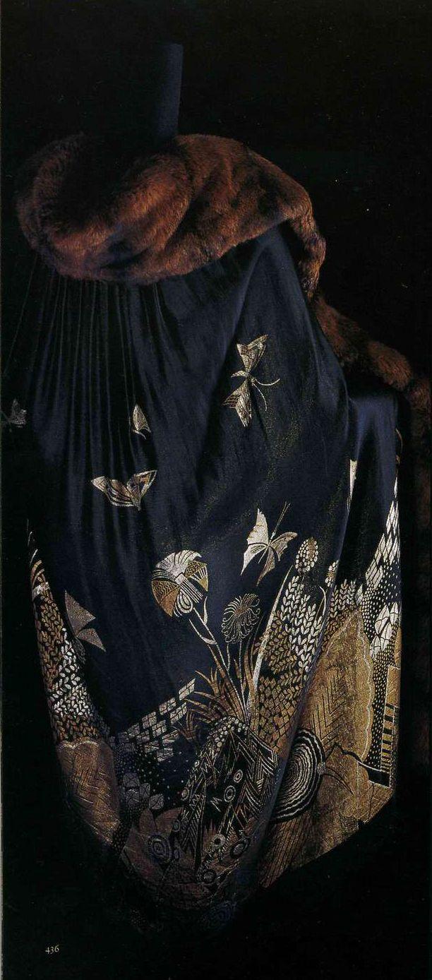 Плащ. Около 1925. Черная жаккардовая ткань ламе с растительным и цветочным узором, отделка мехом, без подкладки.