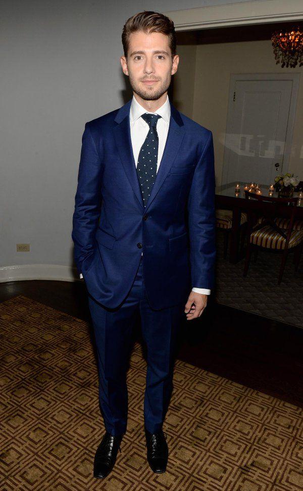英国人俳優ジュリアン・モリス #JulianMorris がバーバリーのネイビーブルーのスーツで、LAでの @VanityFair のイベントに登場。#Britannias