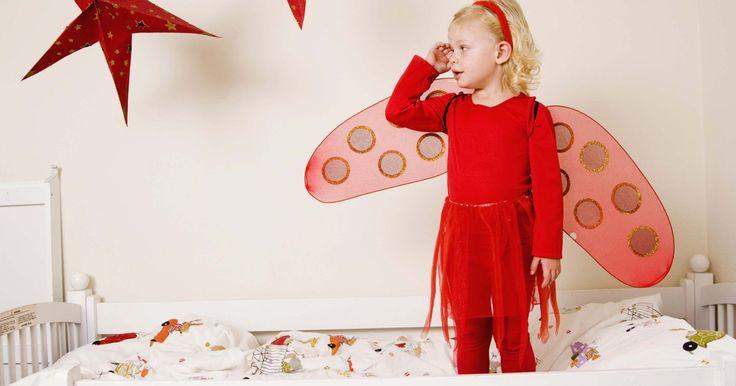Como decorar o quarto de uma criança de 3 anos. Decorar o quarto do seu filho de 3 anos é uma forma ideal de passar tempo com ele e ajudá-lo a expressar a sua criatividade. Encoraje o seu filho a fazer parte do processo ao decorar seu quarto, isso fará com que sua imaginação flua e ele sinta que tem um espaço só seu. Comece fazendo um apanhado de ideias juntos e deixe a imaginação rolar.