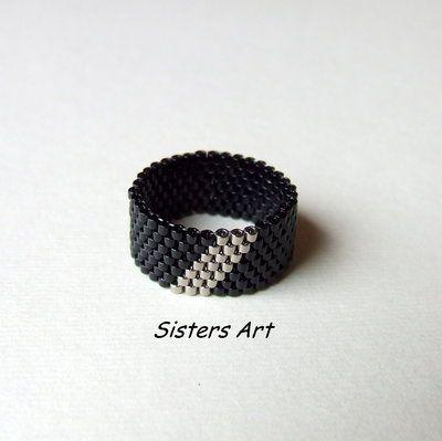 """Anello """"31"""" a fascia nero e argento, realizzato con perline delica, by Sisters Art, in vendita su http://www.misshobby.com/it/negozi/sisters-art"""